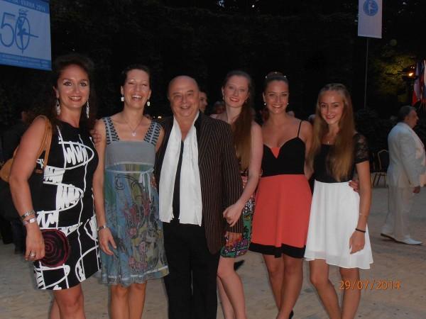 Hans Vogl mit seiner Familie auf der Bühne des Sommertheaters Varna 2014